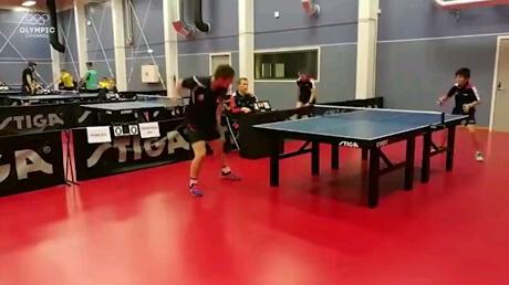 صحنه ای جالب و خنده دار از بازی تنیس روی میز
