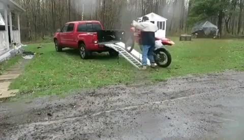 چگونه موتور خود را پشت وانت جا بدهیم ؟:)))