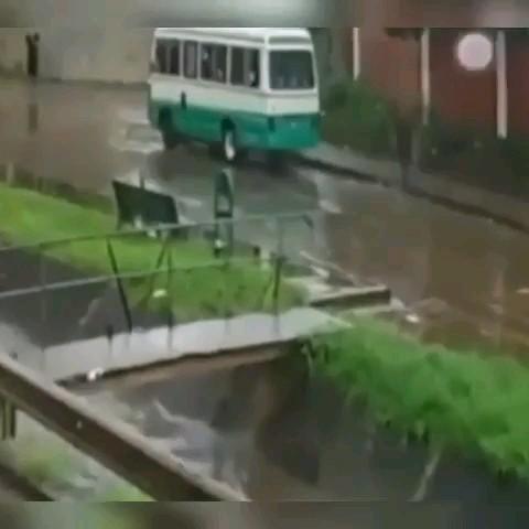 تو هوای بارونی مراقب باشید مثل این بیچاره نشید !