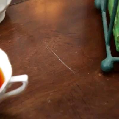 یک ترفند عالی برای پاک کردن خط و خش های روی وسایل چوبی