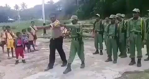 کلیپ خنده دار آموزش نظامی به سرباز