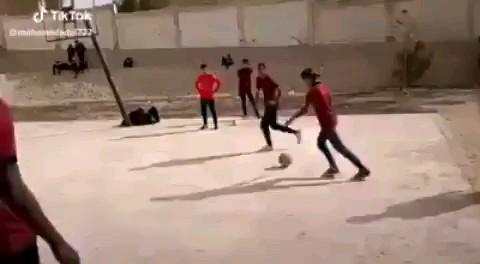 ویدیو کلیپ کوتاه فوتبالی خنده دار | دیگه اون بازیکن سابق نمیشه :))