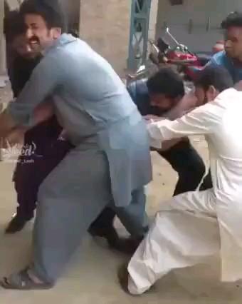 مسابقه طناب کشی بین گروه آقایون و یک مرغ  :)))