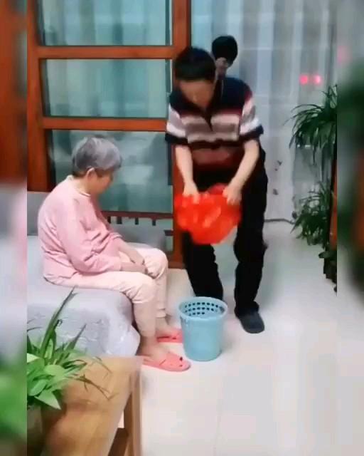 طرز صحیح نایلون کردن سطل آشغال =))) | GIF خنده دار