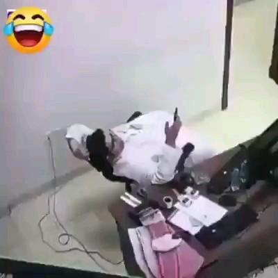 خواهشا صندلی ها رو محکم تر بسازید ، کارمندا این جوری نشن :))