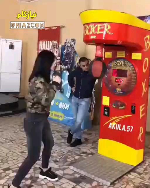 مشت زدن دختر جوان به پسر