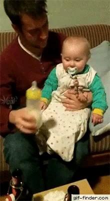 کلیپ کوتاه خنده دار از واکنش کودک به شیشه شیر :))
