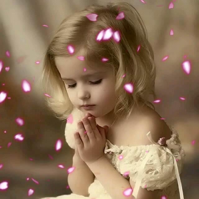 دعا و نیایش دختر بچه ناز
