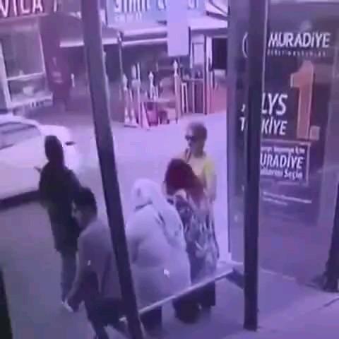 فروریختن وحشتناک پیاده رو و بلعیدن دو عابر زن