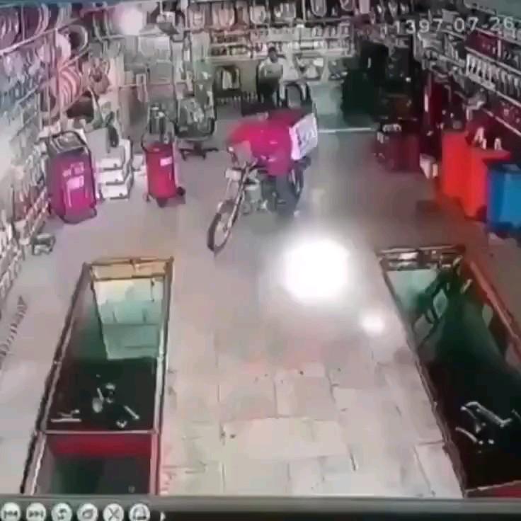 ویدیو خنده دار تک چرخ زدن موتورسوار در تعمیرگاه :)