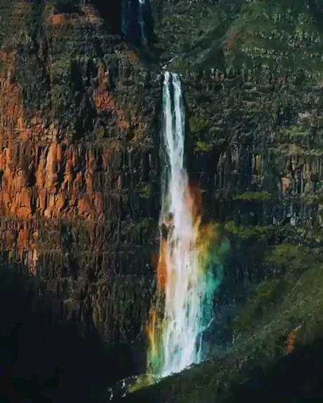 تلفیق آبشار زیبا و رنگین کمان