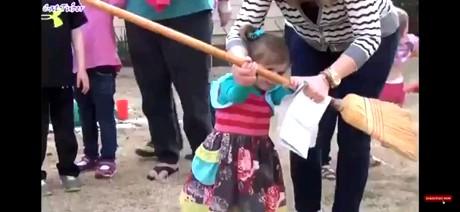 حالا همش بگید بچه رو دست باباش نسپرید ، اینم از مامان :))))