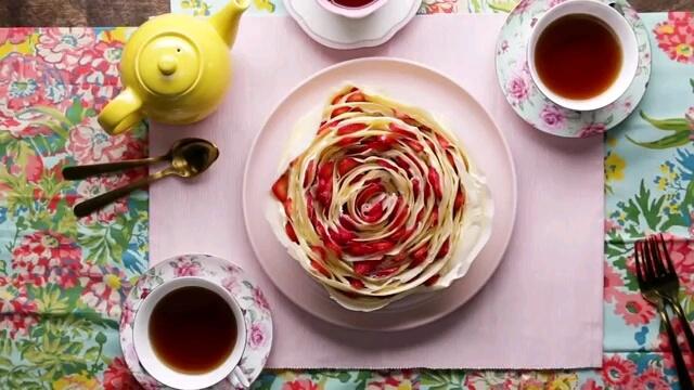 طرز تهیه کیک گل رز | آموزش پخت کیک توت فرنگی