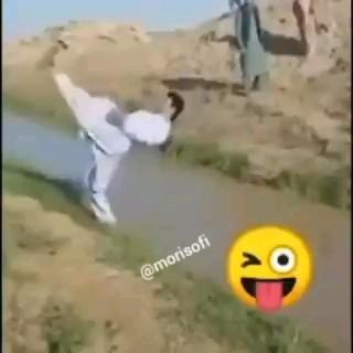 مثلا خواست به بقیه یاد بده چجوری از رو آب بپرن :))