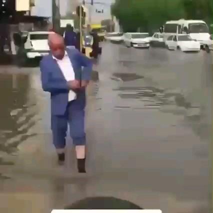 یه روزِ عادی در ایران ! باز خوبه پاچههاشو زده بود بالا :))