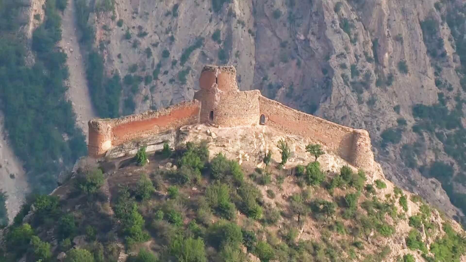 قلعه کنگلو در ارتفاعات جنگلی سوادکوه