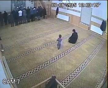 حرکت خنده دار پسر بچه در مسجد