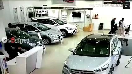 GIF خنده دار | تست خودرو قبل از خرید در هند توسط یک خانم :)))