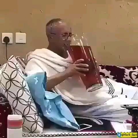 دکتر بهش گفته حق نداری روزی یه لیوان بیشتر چای بخوری !