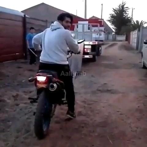 دانلود ویدیو خنده دار جدید | قهرمان حرکات نمایشی با موتور :)