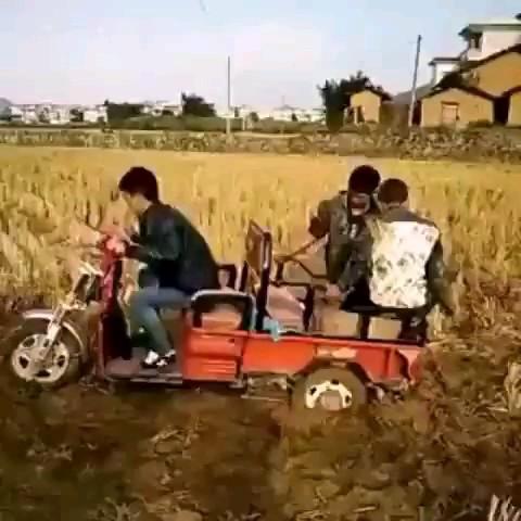 ویدیو خنده دار کوتاه از هول دادن ماشین توسط سه پسر :))