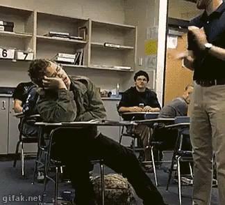 واکنش خنده دار دانش آموز خواب آلود