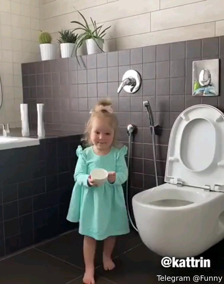 کلیپ خنده دار کار بامزه دختر بچه :))