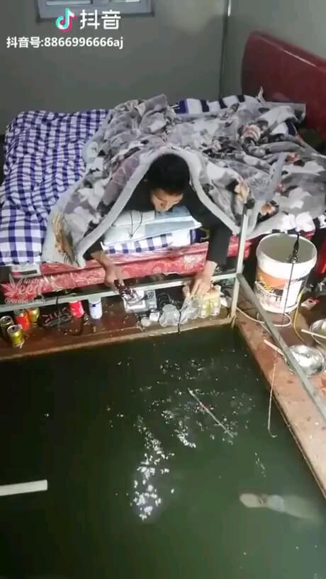 ماهیگیری وسط اتاق روی تختخواب !!!