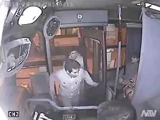 کلیپ خنده دار کتک خوردن دزد بدشانس در اتوبوس