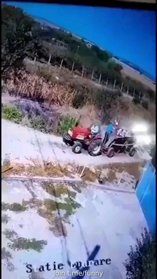 گیف خنده دار ، تصادف خنده دار تراکتور