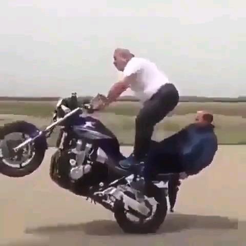 کلیپ خنده دار تک چرخ زدن پیرمرد