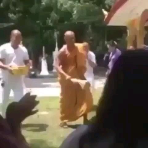 فیلم خنده دار مراسم توبه کردن بودایی