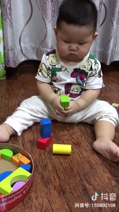 گیف بامزه و خنده دار از بازی کردن کودک فسقلی