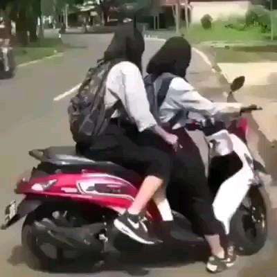 از همین تریبون اعلام میکنم خانم ها پشت موتور نشینید لطفا :))