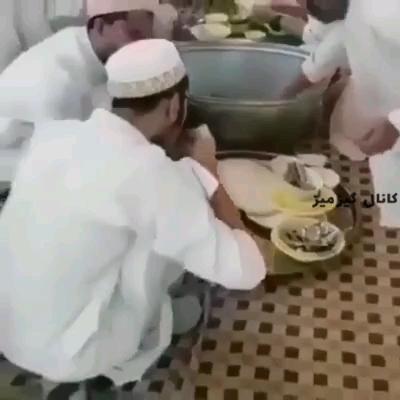 با آب دهان دارن ظرف ها رو میشورن ! گیف خنده دار !!