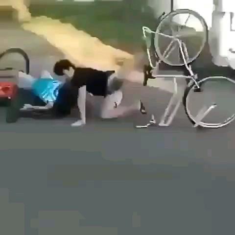 پشت هر زن موفقی یه مرد هستش که میاد میزنه لت و پارش میکنه:))