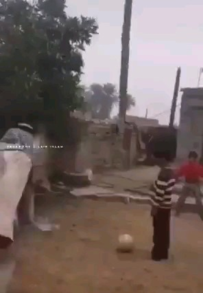 گیف خنده دار شوت زدن مرد عرب
