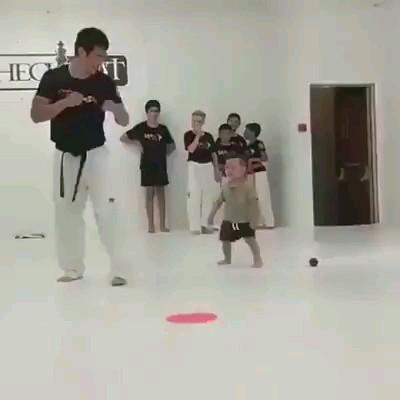 حرکت خنده دار بچه کاراته کار :))