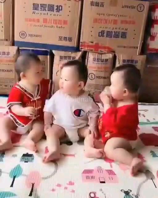 وسطیه احتمالا دهه شصتیه :)) | کلیپ خنده دار بچه ها